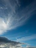 Cielo blu scuro e nuvole differenti Fotografia Stock Libera da Diritti