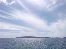 Cielo blu sopra l'isola di Drvenik fotografia stock libera da diritti