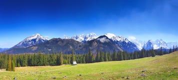 Cielo blu sopra le montagne Fotografia Stock