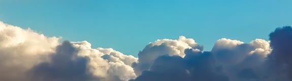 Cielo blu sopra le nuvole bianche Fotografia Stock Libera da Diritti