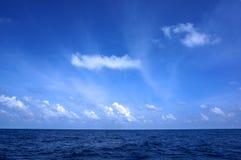Cielo blu sul mare fotografia stock