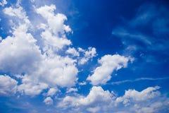 Cielo blu in un giorno soleggiato fotografie stock libere da diritti