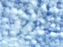 Cielo blu in un giorno soleggiato Fotografia Stock