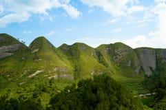 Cielo blu verde della montagna Immagine Stock