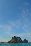 Cielo blu vicino all'isola Fotografie Stock