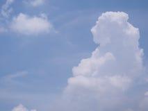 Cielo brillante con las nubes blancas hermosas Foto de archivo