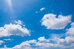 Cielo brillante con las nubes formadas Imágenes de archivo libres de regalías