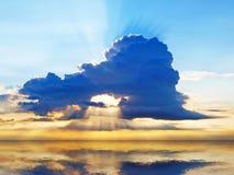 Cielo brillante de la puesta del sol con las nubes tempestuosas Foto de archivo libre de regalías