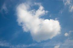 Cielo brillante del contraste con las nubes Fotos de archivo