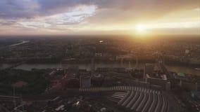 Cielo brillante maravilloso de la puesta del sol sobre centro de ciudad grande de Londres del distrito céntrico moderno en panora almacen de video