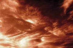 Cielo bruno-rossastro scuro di sera immagini stock