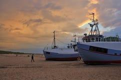 Cielo cambiante sobre los barcos de pesca Fotografía de archivo