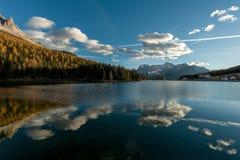 Cielo che riflette nella superficie del lago Immagini Stock Libere da Diritti