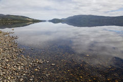 Cielo che riflette in un lago nell'isola di Chiloe. Fotografie Stock Libere da Diritti