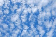Cielo claramente azul con la nube Foto de archivo libre de regalías