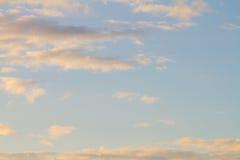 Cielo claro con las nubes imagenes de archivo