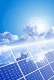 Cielo claro, sol brillante y el panel solar stock de ilustración
