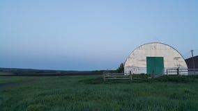 Cielo claro y campo verde Fotografía de archivo libre de regalías