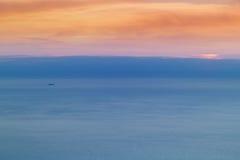 Cielo coloreado vibrante y mar en el amanecer imagenes de archivo