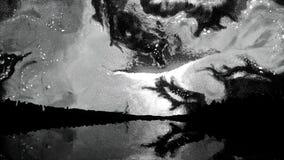 Cielo colorido abstracto con formas inusuales y formas reflejadas en el lago en la noche, estilo de Salvador Dali Extracto stock de ilustración