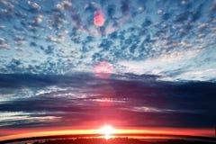 Cielo colorido de la puesta del sol Cielo colorido hermoso Fondo del cielo Imágenes de archivo libres de regalías