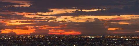 Cielo colorido de la puesta del sol sobre la ciudad de Bangkok, Tailandia fotografía de archivo