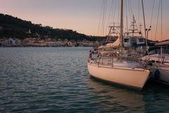 Cielo colorido de la puesta del sol sobre el puerto de Zakynthos, Grecia Foto de archivo