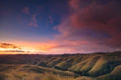 Cielo colorido de la puesta del sol sobre panorama de la montaña foto de archivo libre de regalías