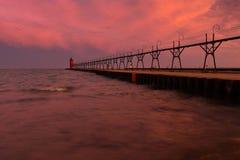Cielo colorido de la salida del sol con el faro Imágenes de archivo libres de regalías
