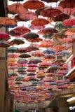 Cielo colorido del paraguas en la alameda de Dubai, UAE Imagen de archivo libre de regalías