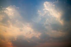 Cielo colorido durante puesta del sol Fotografía de archivo libre de regalías