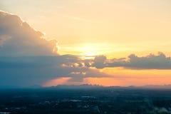 cielo colorido en el fondo de la puesta del sol Imagenes de archivo