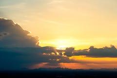cielo colorido en el fondo de la puesta del sol Imágenes de archivo libres de regalías