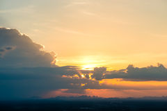 cielo colorido en el fondo de la puesta del sol Fotos de archivo
