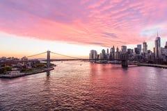 Cielo colorido en el puente de Brooklyn New York City Imágenes de archivo libres de regalías