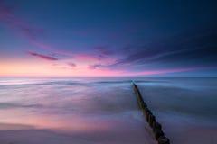 Cielo colorido en la puesta del sol sobre el mar Báltico fotografía de archivo