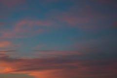 Cielo colorido en una última hora de la tarde Fotos de archivo