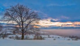 Cielo colorido y puesta del sol de la monta?a del invierno imagen de archivo