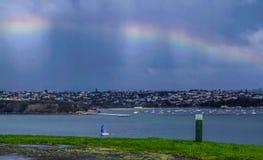 Cielo Colourful sopra il porto di Waitamata, Devonport, Auckland, Nuova Zelanda immagini stock libere da diritti