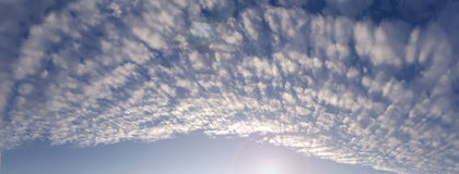 Cielo con i cumuli alti Panorama Fotografia Stock Libera da Diritti