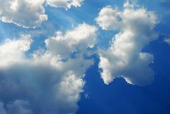 Cielo con i raggi degli indicatori luminosi Immagine Stock Libera da Diritti