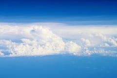 Cielo con il lotto della nuvola Immagini Stock