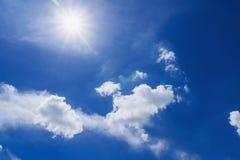 Cielo con il sole di pomeriggio Immagini Stock