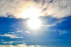 Cielo con il sole, l'alone solare e le nuvole Fotografia Stock Libera da Diritti