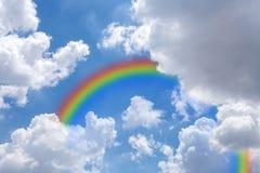 Cielo con l'arcobaleno, immagini stock