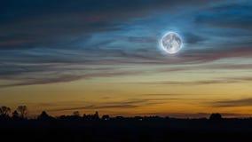Cielo de la puesta del sol con la Luna Llena Fotos de archivo