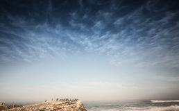 Cielo con la roca y el peaple Fotos de archivo libres de regalías