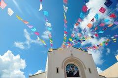 Cielo con las banderas de la celebración de la iglesia Imágenes de archivo libres de regalías