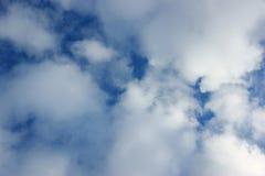 Cielo con las nubes blancas Imágenes de archivo libres de regalías
