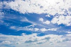 Cielo con las nubes blancas Fotos de archivo libres de regalías